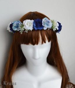 ブルーローズの花冠をかぶった花嫁