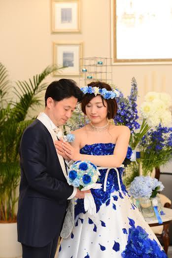 青いバラの花冠ウェディングフォト