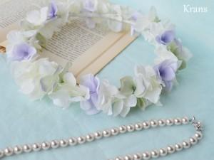 クランスホワイトのスウィートフェミニン花冠ブルーバック