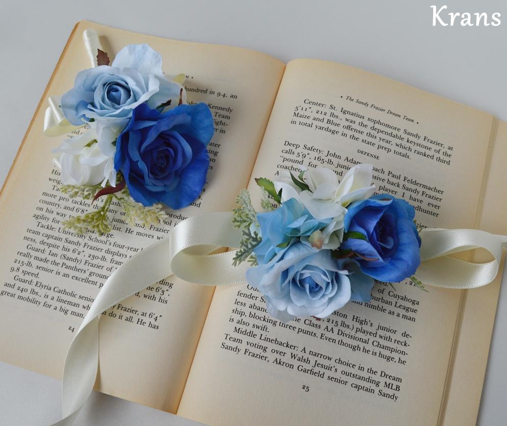 青いリストレットとブートニア