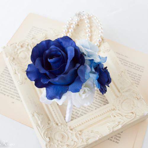ロイヤルブルードレスに合わせた青いウェディングブートニア