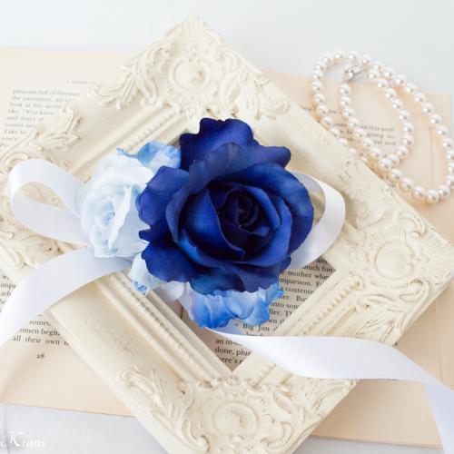 ロイヤルブルードレスに合わせた青いウェディングリストレット