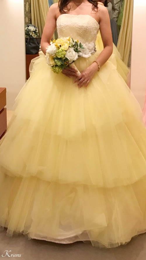 かすみ草の花冠に合わせた黄色いウェディングドレス
