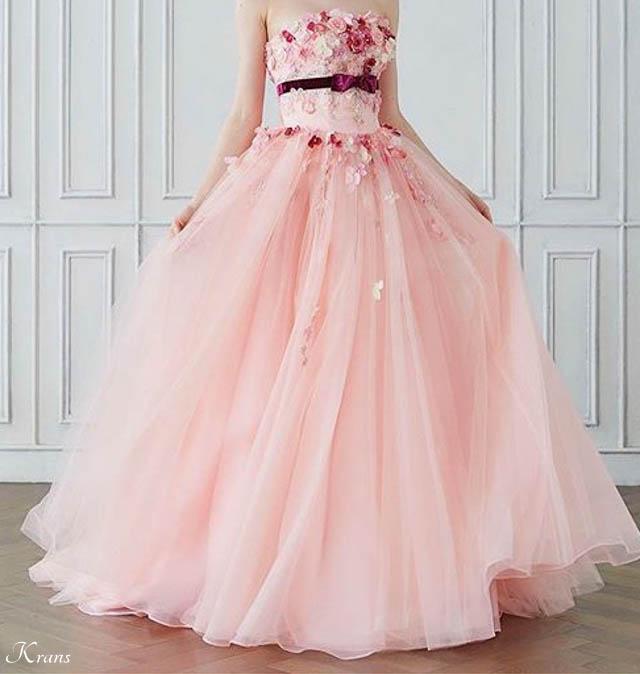 ピンクの花冠に似合うドレス