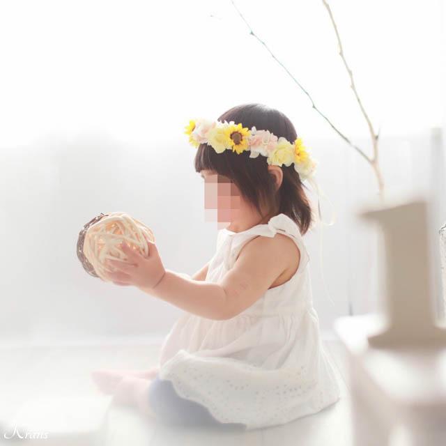 1歳のお誕生日にひまわりとバラの花冠を身に付けた可愛い姿2