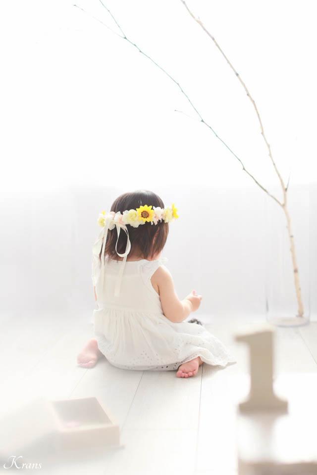 1歳のお誕生日にひまわりとバラの花冠を身に着けた後ろ姿3