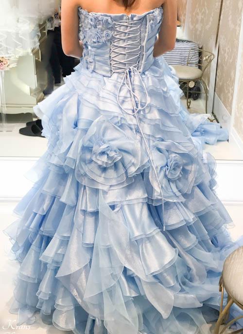 青い花冠に合わせたウェディングドレス