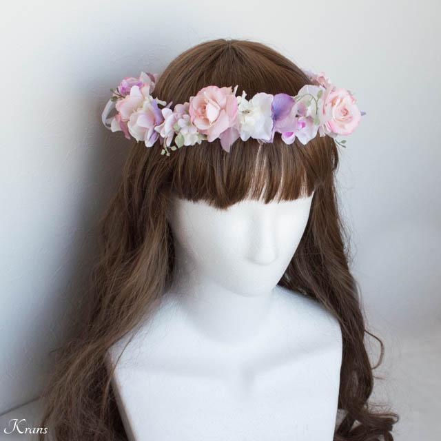 ピンクの花冠を身に着けた花嫁