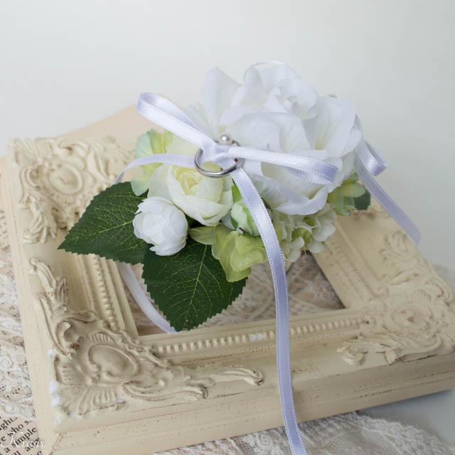 結婚式で犬が背負う白いバラのリングピロー2