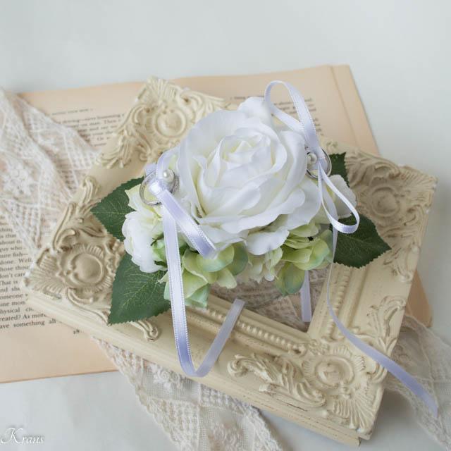 結婚式で犬が背負う白いバラのリングピロー3