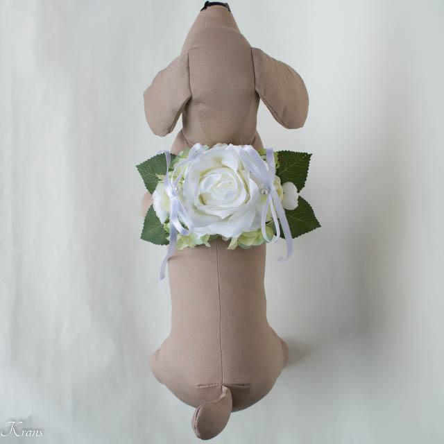 結婚式で犬が背負う白いバラのリングピロー4