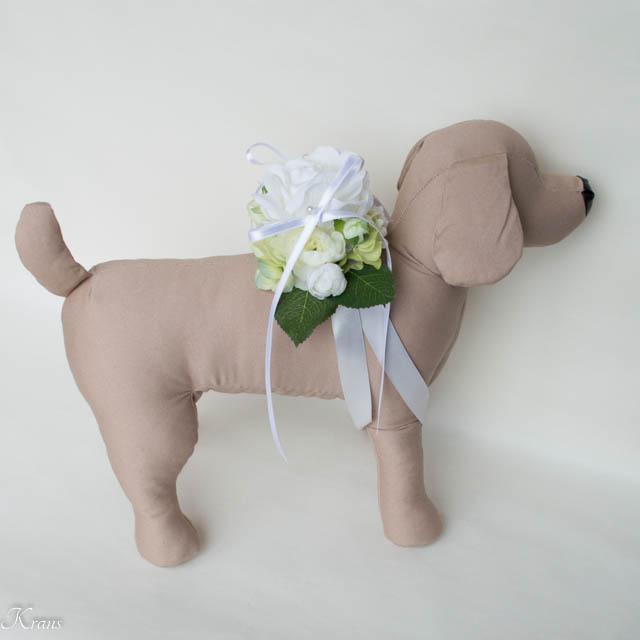 結婚式で犬が背負う白いバラのリングピロー5