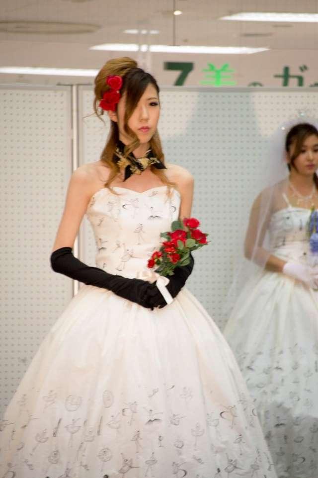 赤いバラのウェディングブーケとヘッドドレス